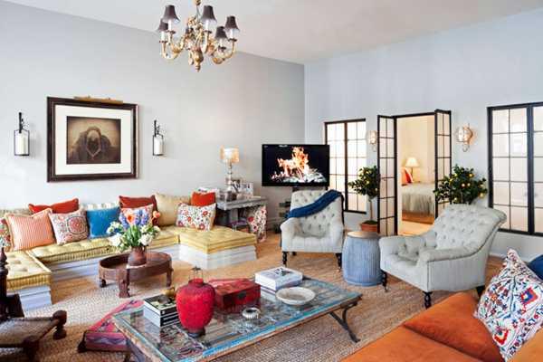 большая гостинная в современной квартире