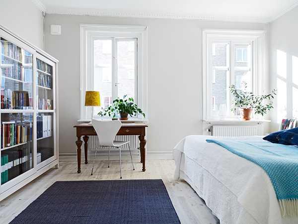 белая спальня со столиком и комодом