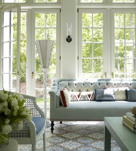 голубой диван в светлой гостиной
