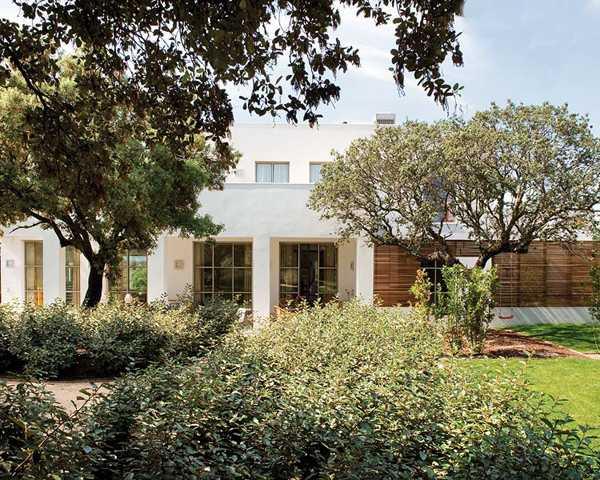 современный дом с садом