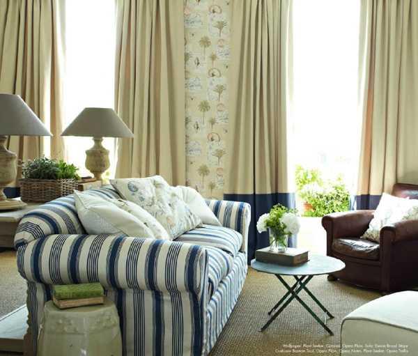 интерьер гостиной в пастельный тонах, диван в полоску
