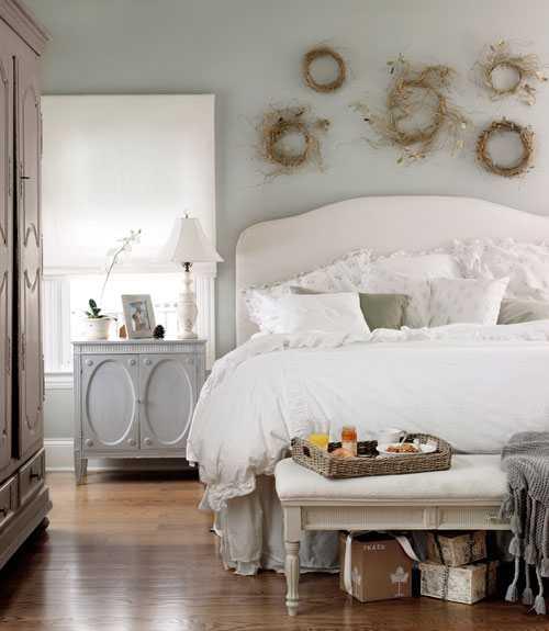 венки из прутьев над кроватью