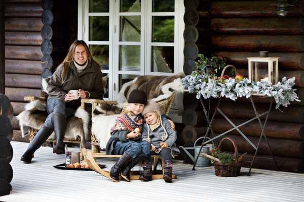 семья на крыльце деревяного дома