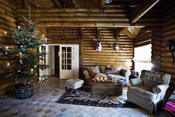 гостиная с елкой в деревяном доме