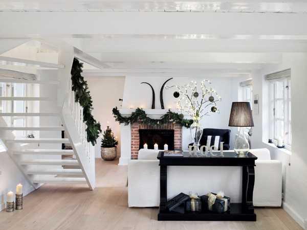 белая лестница на второй этаж в доме