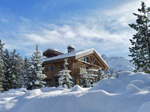 деревянный дом в снегу