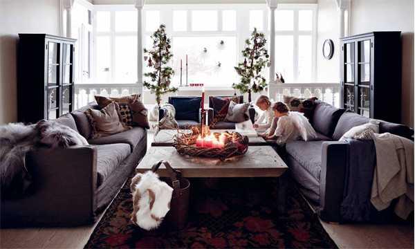 скандинавская гостиная с ангелами в Рождество