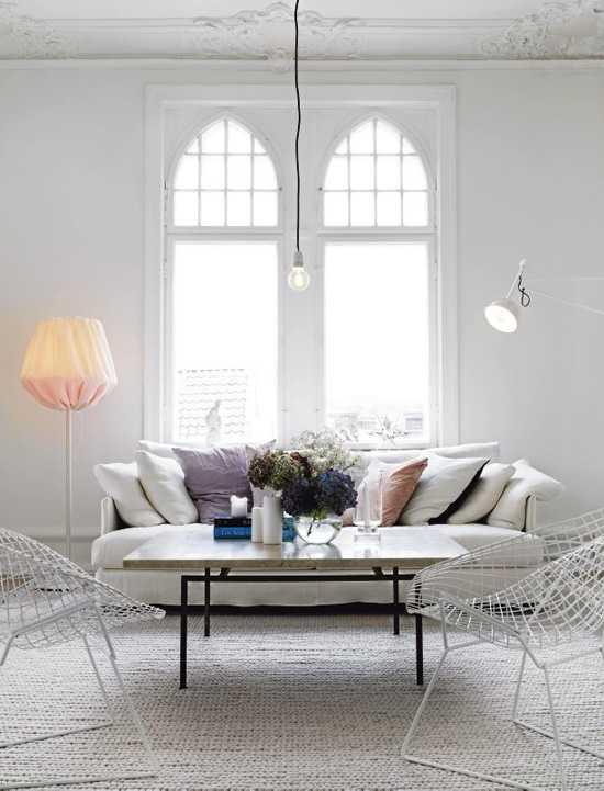 сиреневые подушки на белом диване