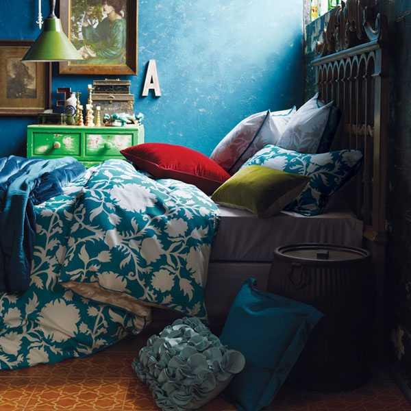 синее постельное белье и стены