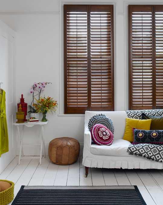 окна со ставнями и белый диван