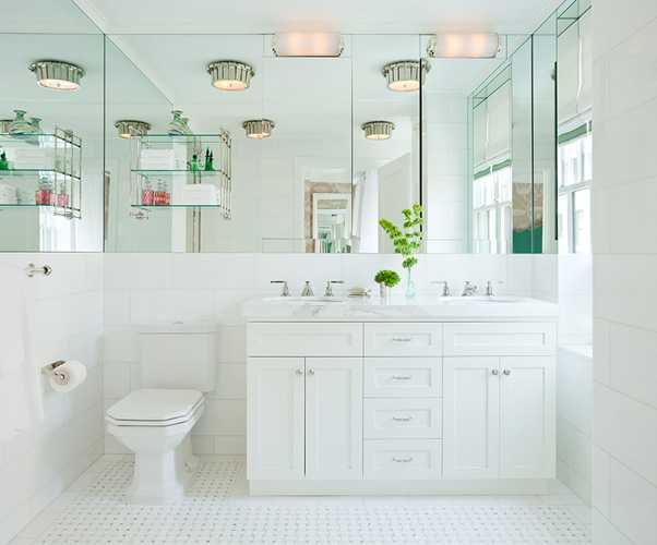белая ванная комната и большое зеркало