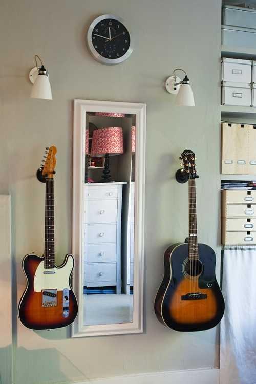 гитара на стене