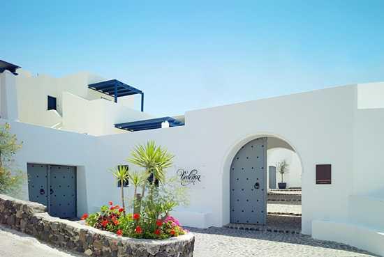 белый фасад отеля