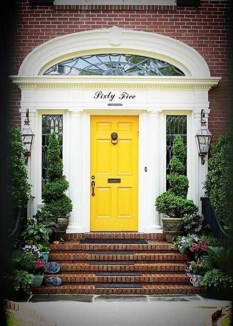 красивые дома с входными дверями