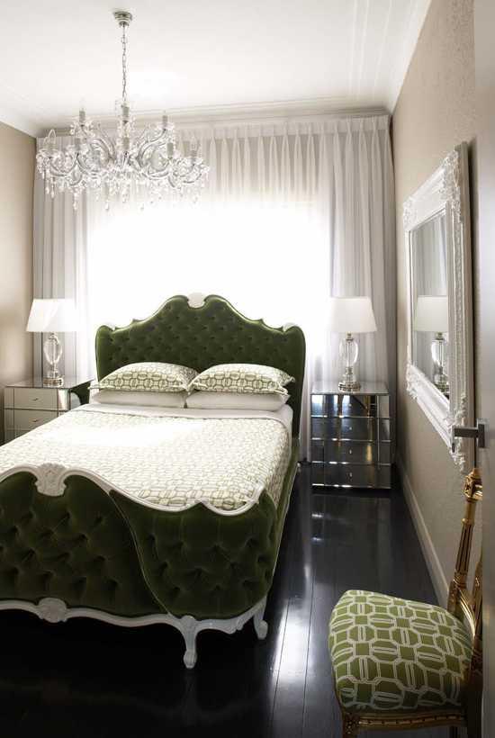 Дизайн спальни кровать у окна