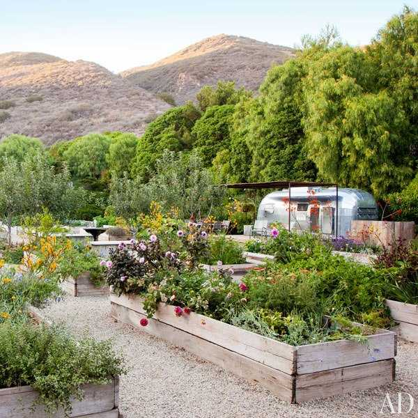 item15.rendition.slideshowWideVertical.patrick-dempsey-malibu-home-11-gardens-airstream-trailer