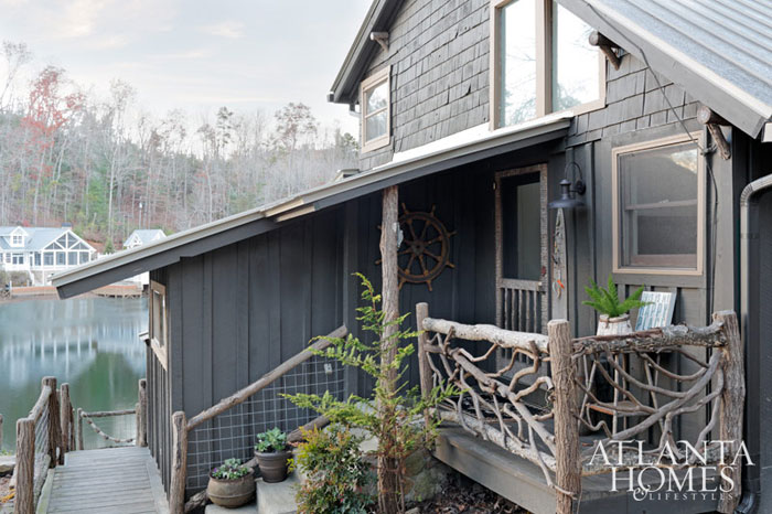 Белоснежный интерьер дома у озера в США