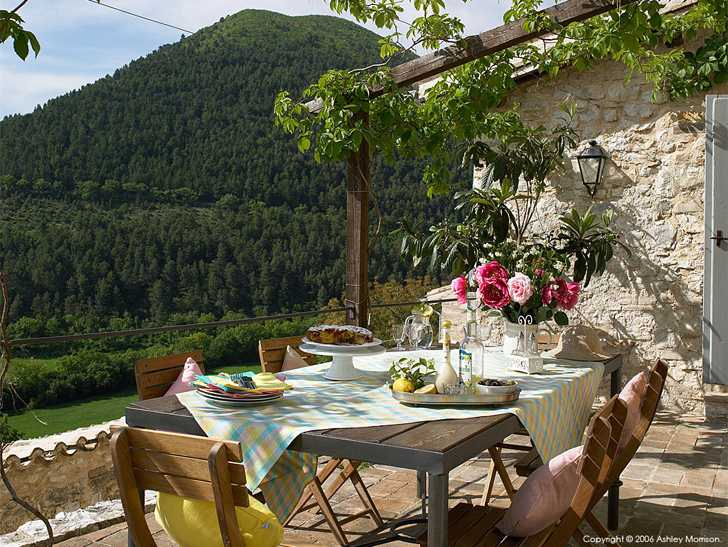 Out door dining area at Elaine & Paul Jordan's L'Arco villa in the Pianciano hamlet near Spoleto in Italy.