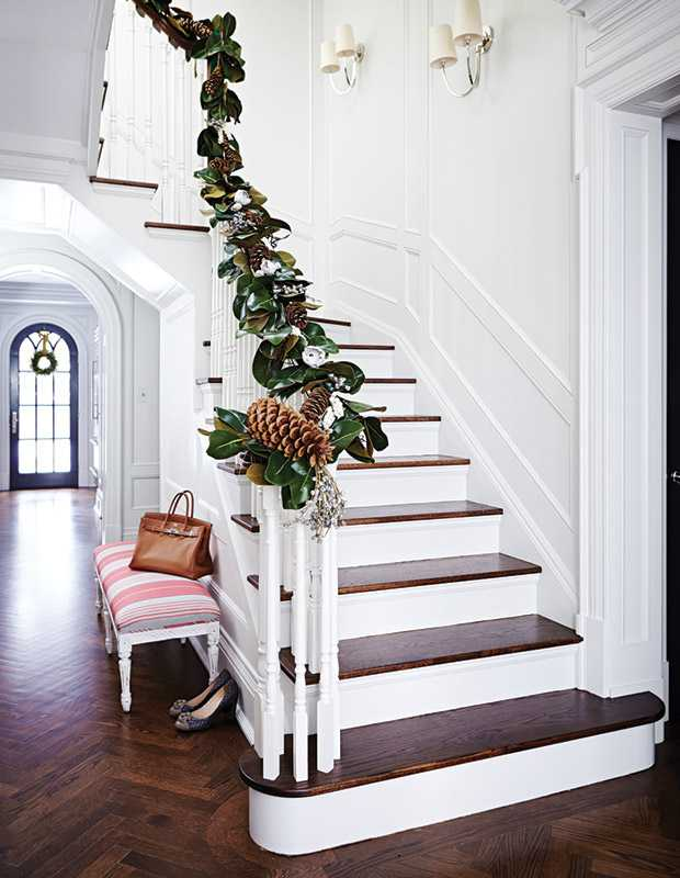 Holiday-Style-TheodoropoulosRes_Stairway-Garland_HH_NO14