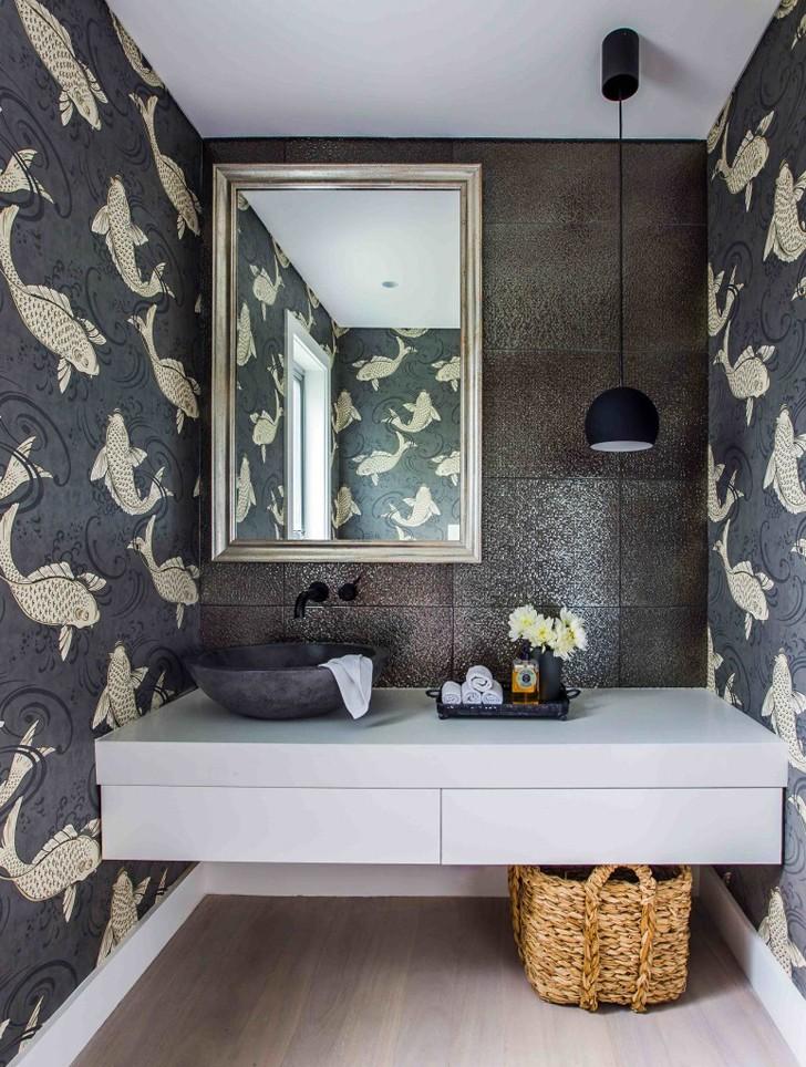 Papier peint poissons dans la salle de bain