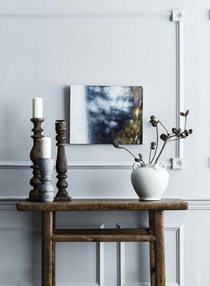 Bougeoirs et vase sur une console en bois
