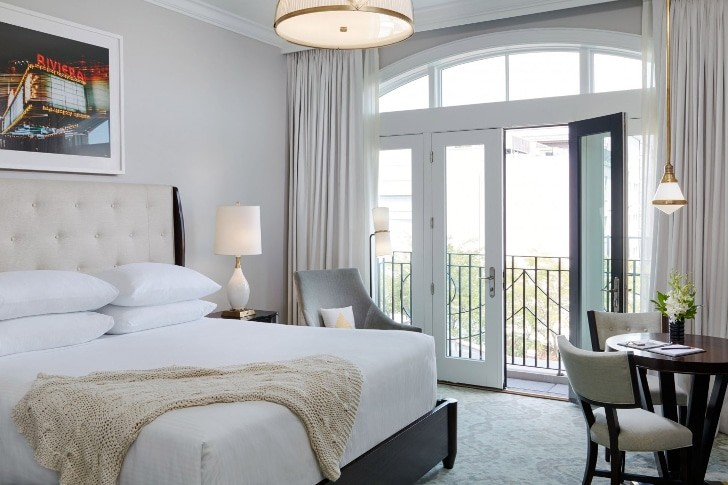 spectator-hotel-charleston-deluxe-king-balconette-bedroom-1440x960