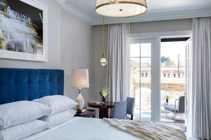 spectator-hotel-charleston-deluxe-king-courtyard-bed-1440x960