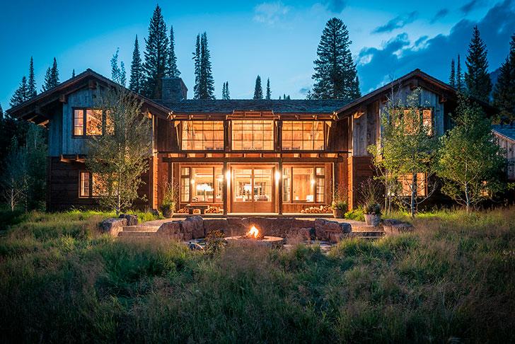 Дом в горах, красивая подсветка