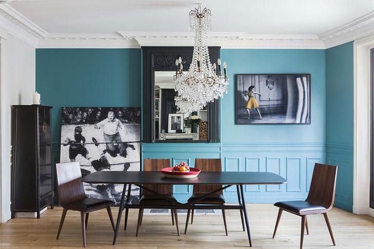 Синие стены и чёрный камин: изысканный интерьер в Париже