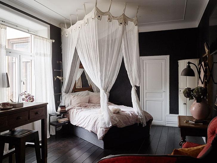 Романтичная квартира в темных тонах (35 кв. м)