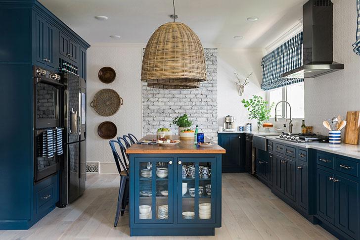 Кухня мечты: глубокий синий и кирпичная стена