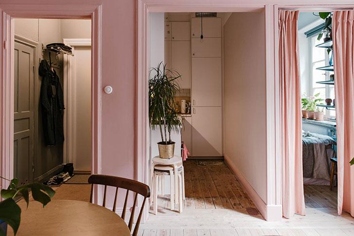 Очень маленькая двушка: компактная квартира в розовом цвете (29 кв. м)