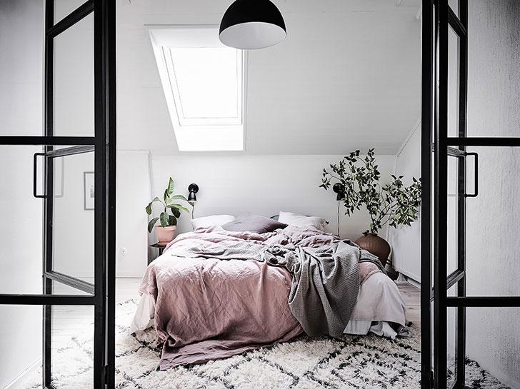 Уютный белый чердак: светлая квартира под крышей (60 кв. м)