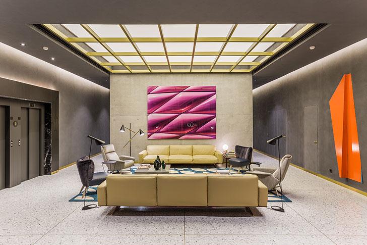 Игра на контрасте: бетонные стены и яркие цвета в интерьере отеля в Барселоне