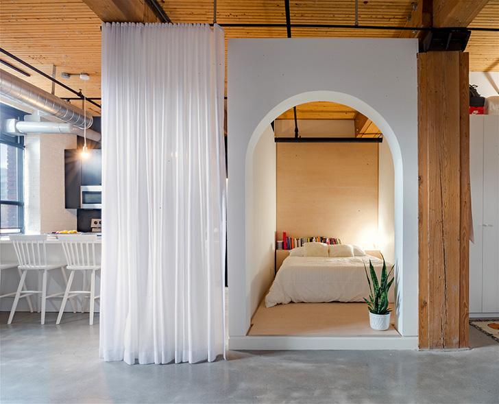 Кирпичные стены и спальня за шторкой: необычный лофт в Торонто