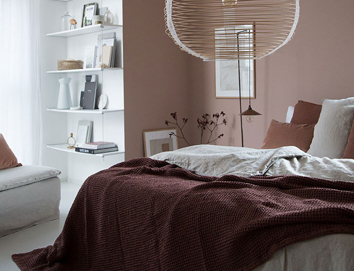 Красивая скандинавская спальня в нежных тонах