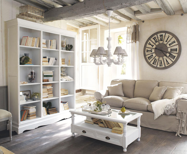 белый книжный шкаф с журнальным столиком в гостинной комнате в прованском стиле