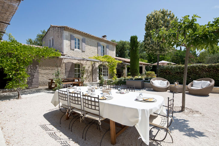 белый обеденный стол под открытым небом во дворе загородного дома на юге Франции
