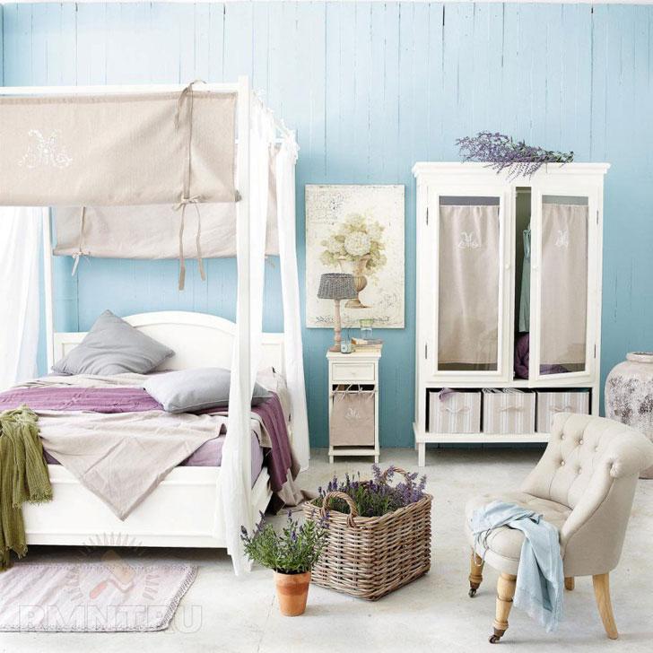 спальная мебель пастельных цветов на фоне деревянной стены светло голубого цвета
