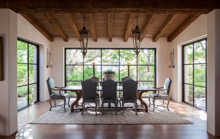 Классическая столовая с деревянным полом и потолком