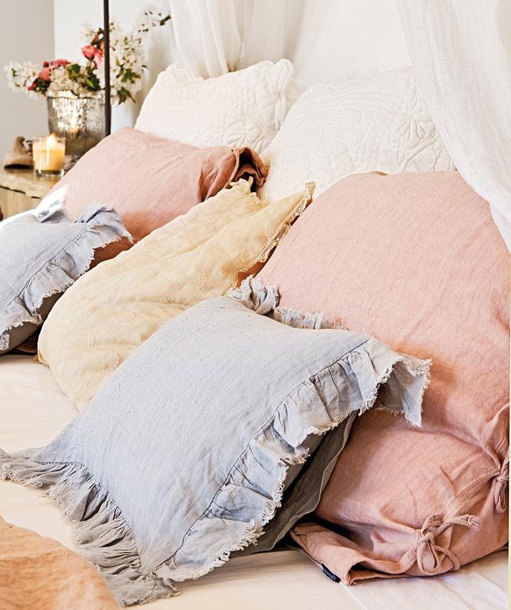 Подушки с наволочками из натуральных тканей в интерьере французской спальни