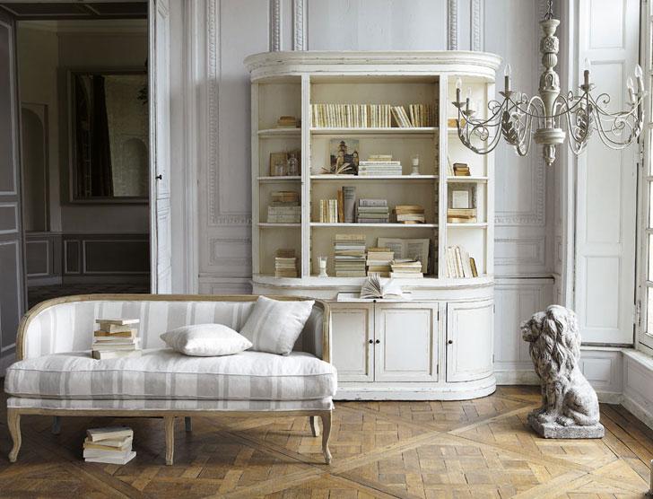 Светлый классический интерьер французской гостинной