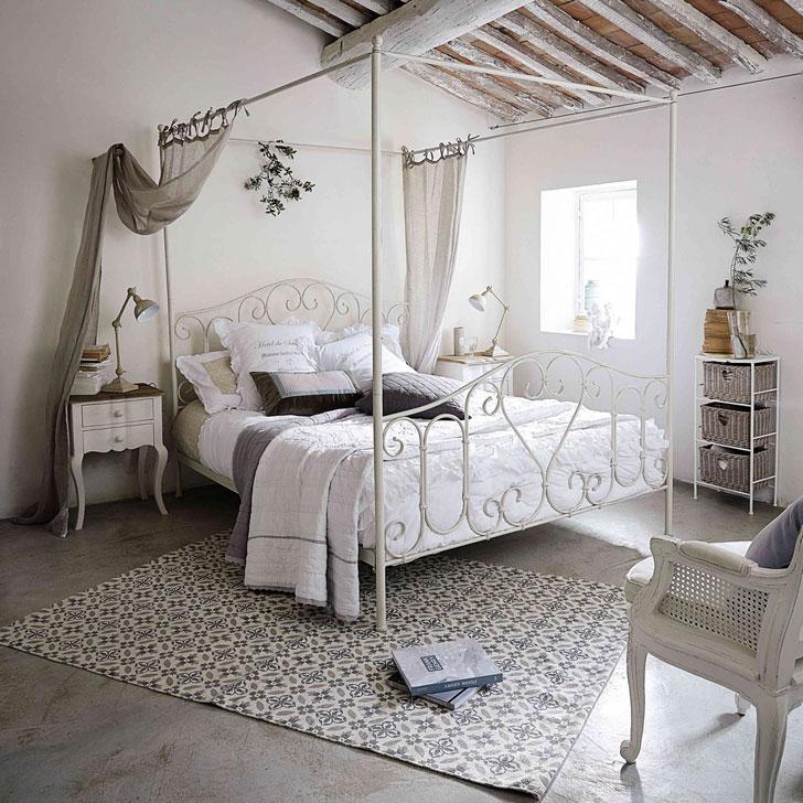 Красивая кровать с легким балдахином цвета льна в классическом французском интерьере спальни