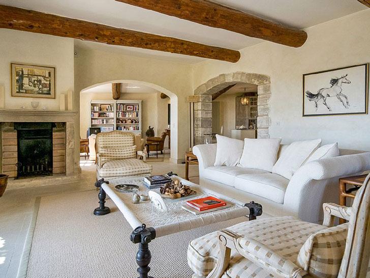 светлая классическая мебель в гостинной в интерьере французского провинциального дома