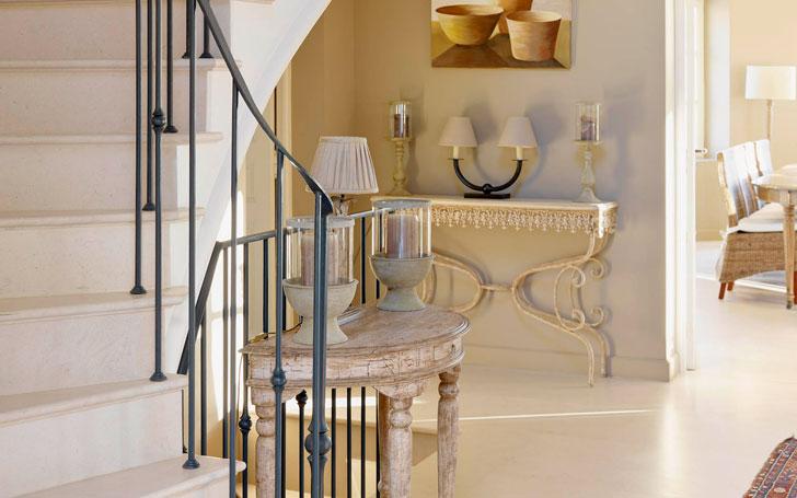 Прихожая с лестницей во французском стиле прованс
