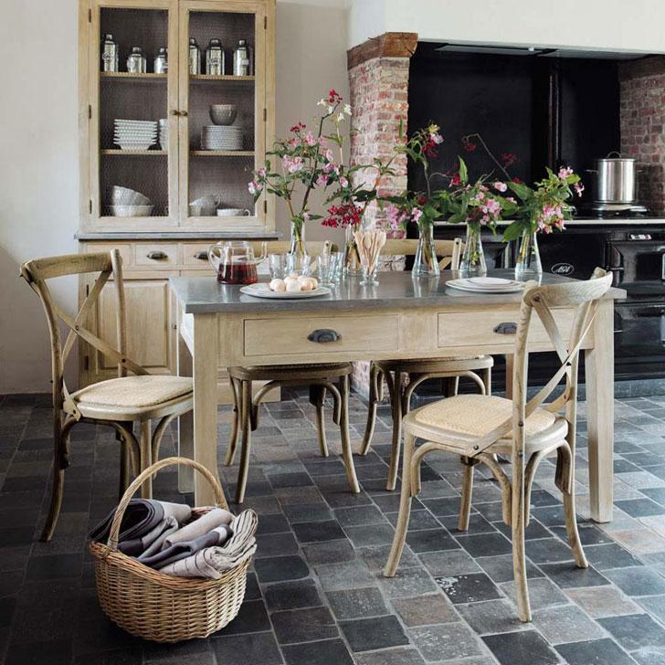 Деревянная мебель, корзина и каменная плитка на полу кухни в стиле прованс