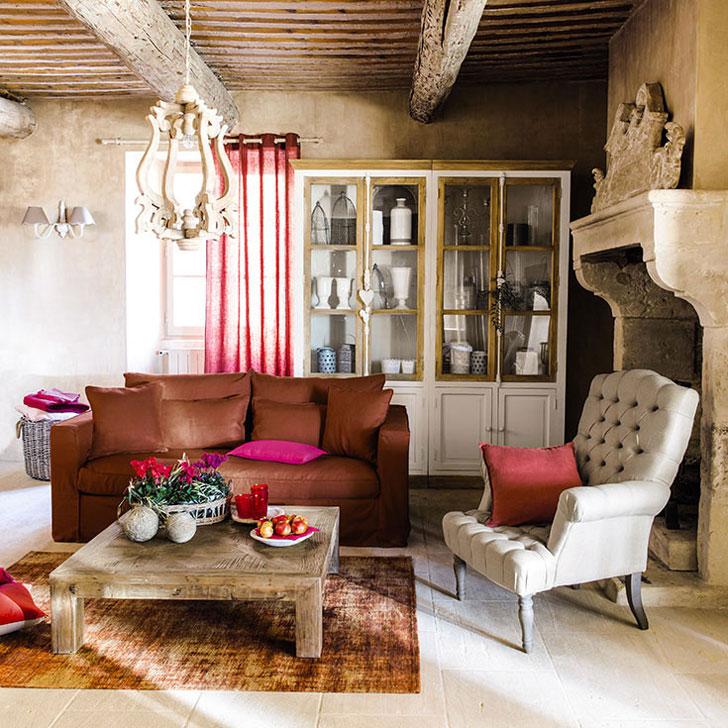 Стены с отделкой под глину и деревянный потолок в интерьере гостинной комнаты