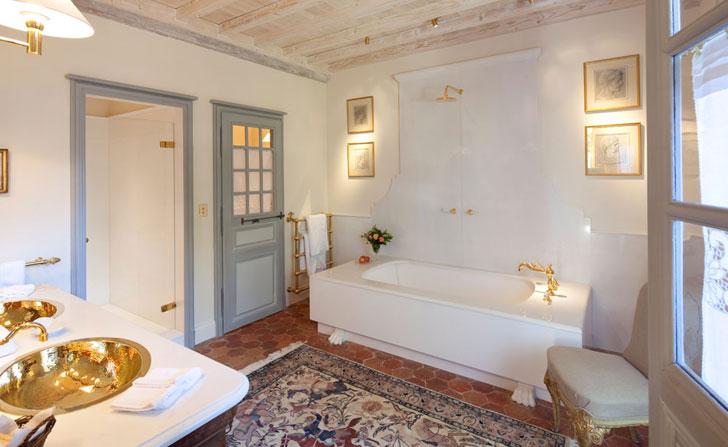 Белая ванная комната с позолоченными раковинами