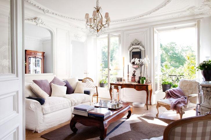 Открытая и светлая гостинная с лепниной на потолке