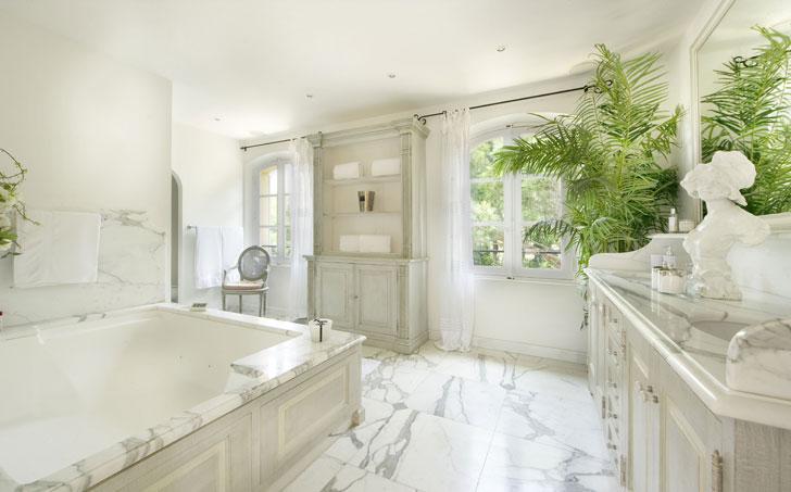 Светлая ванная комната в мраморе